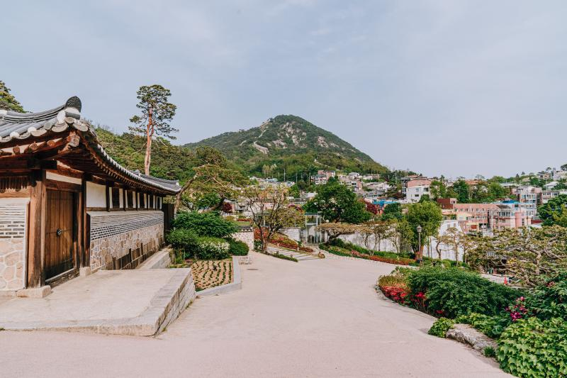 The road in front of Seokpajeong Pavilion, with Bugaksan Mountain in the background