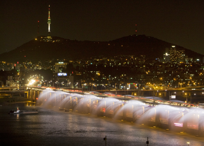 Banpodaegyo Bridge Moonlight Rainbow Fountain